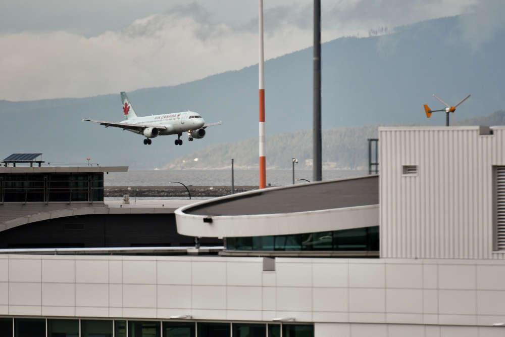خبرنگاران هواپیمای کانادایی به دلیل نقص فنی به مادرید بازگشت