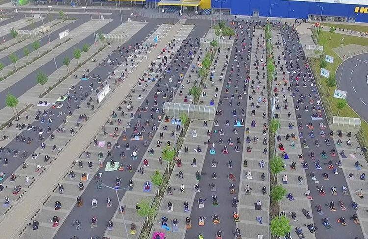 عکس روز ، پارکینگ ایکیا میزبان نماز عید فطر مسلمانان آلمان